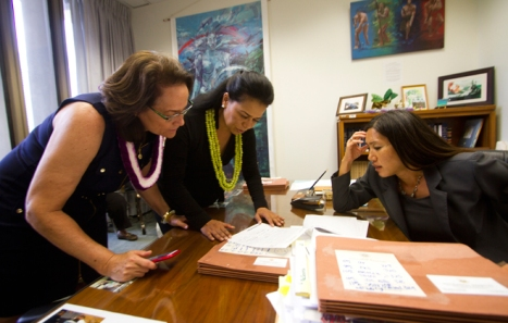 Na'u Kamalii and Piilani Smith discussed legislation with state Sen. Maile Shimabukuro in Shimabukuro's office Friday. Their discussion focused on SB 768. Star-Advertiser, 5/2/15. Photo by Dennis Oda / DODA@STARADVERTISER.COM